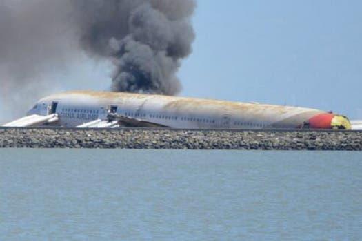 El aparato, en el que viajaban unas 290 personas perdió su cola al momento del aterrizaje forzoso y se incendió. Foto: Twitter / @Enel_Aire