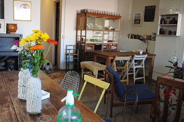 El restaurante combina muebles vintage, objetos artesanales y flores. Foto: Cecilia Wall