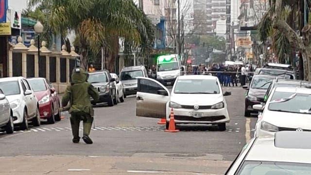 Un experto en explosivos verificó ayer un vehículo abandonado frente a los tribunales de Lomas de Zamora