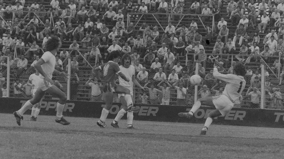 18-12-1977: contra Unión hizo un gol en la victoria por 4 a 1... Foto: LA NACION