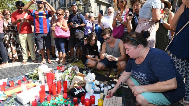 Un día después del atentado, Barcelona homenajea a sus víctimas y refuerza los controles policiales en todo el país
