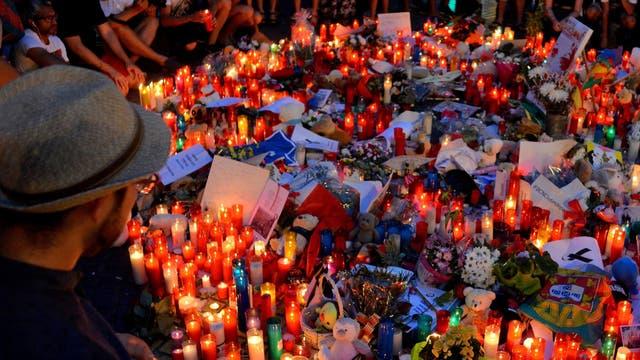 Velas y notas para homenajear a las víctimas