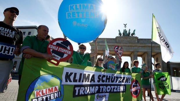 Activistas por el medio ambiente protestaron ayer frente a la Puerta de Brandeburgo, en Berlín