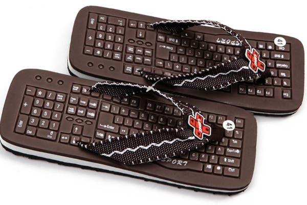 Estas ojotas con teclado pintado, tiene además cierto relieve. ¿Será para que nos den un masaje mientras caminamos? En taobao.com las venden a 1 euro.. Foto: Gentileza www.compradiccion.com