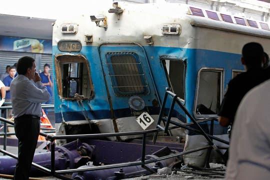 Un tren de la línea Sarmiento no logró frenar al llegar a la estación y chocó contra el andén. Foto: Reuters