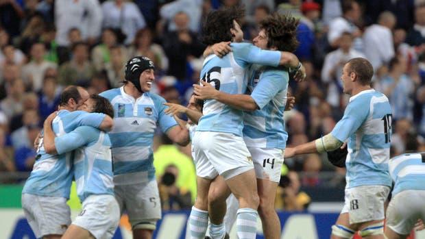 El abrazo entre Corleto y Borges en el final del partido: los Pumas les ganaban a Francia en el comienzo del Mundial 2007 y de visitantes