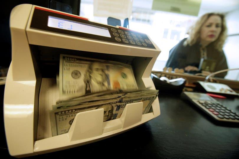 La divisa escaló por segunda jornada consecutiva y cerró en $19,90; el mayorista llegó a $19,64