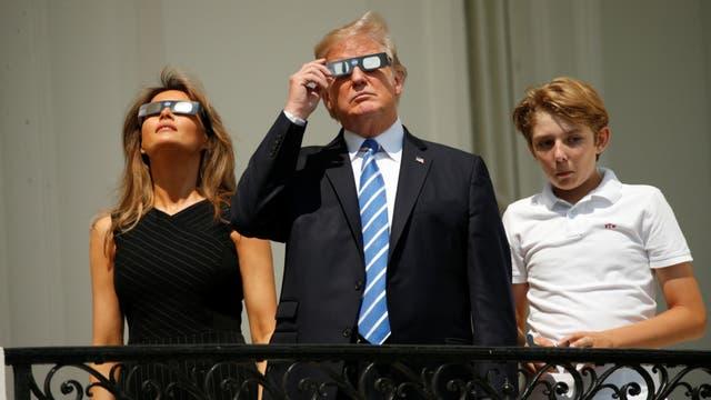 Trump y familia espiando al eclipse solar