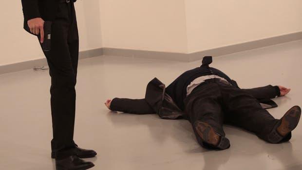 Balearon al embajador de Rusia en Turquía durante una exposición de arte