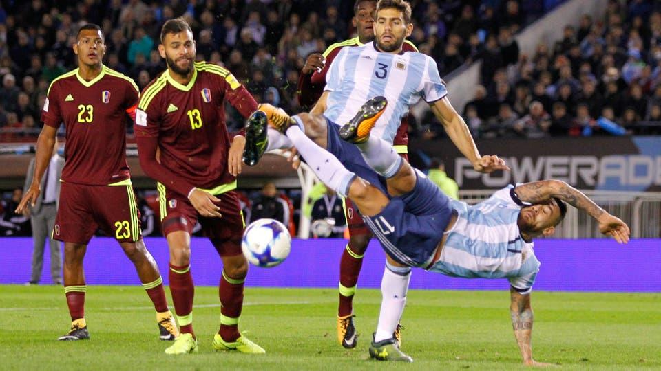 Otamendi y Fazio peleando por la pelota. Foto: LA NACION / Santiago Filipuzzi