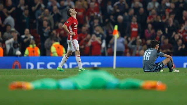 El arquero Sergio álvarez, tirado, y Jozabed, sentado, sufren; ander Herrera respira: Manchester pasó a la final después del 1-1 con Celta