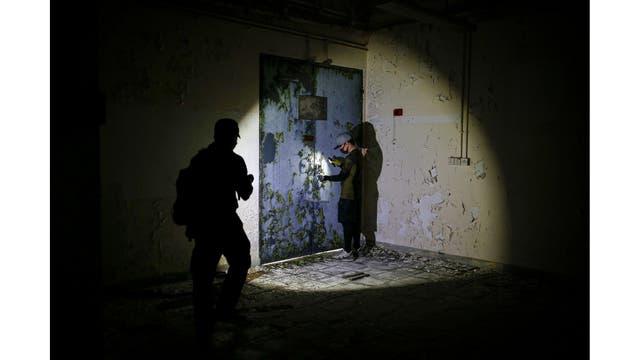 Un miembro de HK URBEX en el interior de un cuartel abandonado del ejército británico en Hong Kong