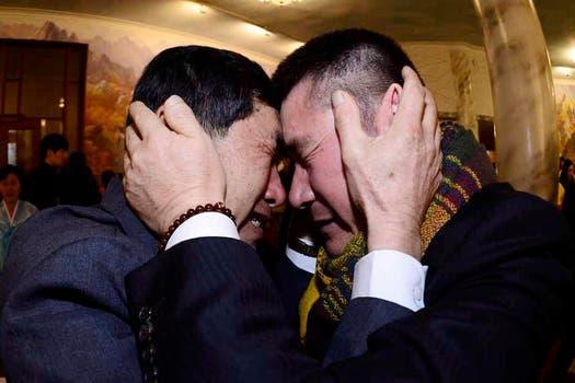 Centenares de coreanos del Sur y del Norte se reunieron hoy con sus seres queridos entre abrazos y lágrimas. Foto: AP