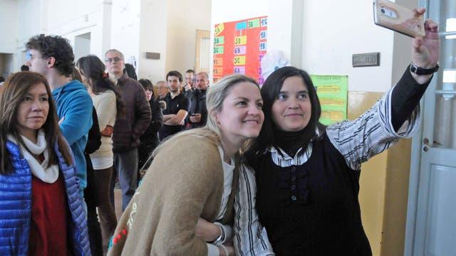 La pre candidata a diputada provincial por Cambiemos Carolina Píparo momentos antes de emitir su voto en la mesa 32 de la Escuela N* 10 de la Plata. la Plata