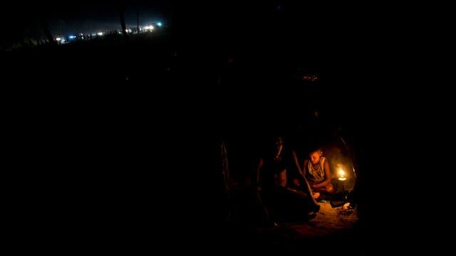 Musulmanes rohingyas descansan dentro de una carpa recién armada al lado del campo de refugiados de Kutupalong en Ukhia, Bangladesh