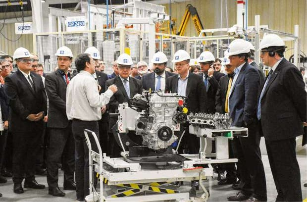 Funcionarios nacionales y provinciales, junto a directivos de GM, en la planta de motores de Rosario