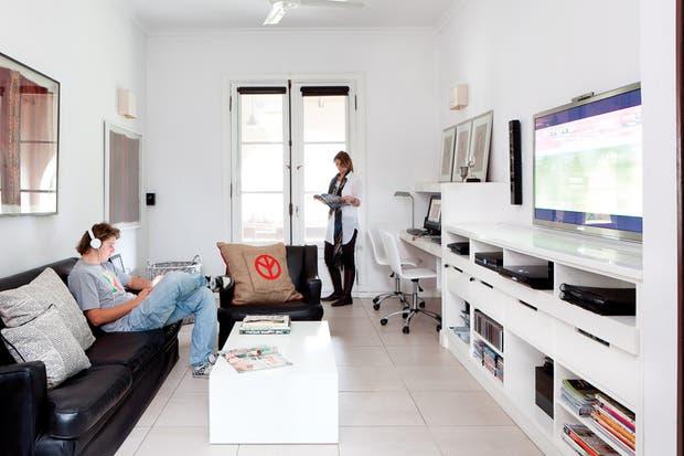 Se ubicó una delgada TV y un home theatre en un mueble laqueado hecho a medida (Bacano) con nichos y múltiples cajones, acorde con las nuevas tecnologías..