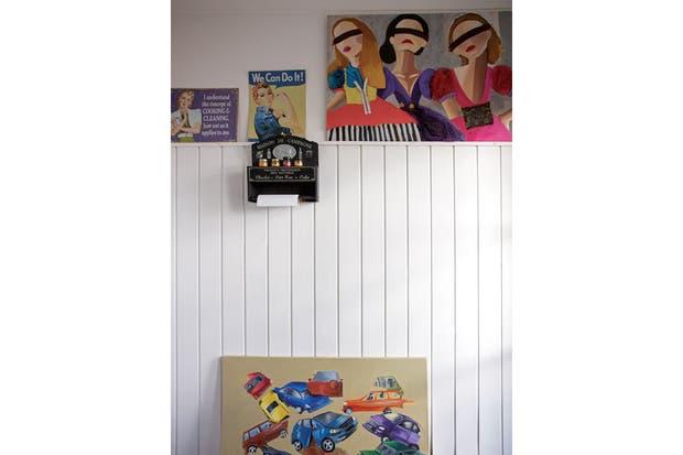 El cuadro que está apoyado en el piso es de la reciente serie 'Crash Urbano'.  Foto:Living /Daniel Karp