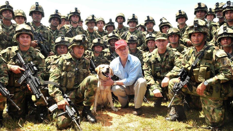 El presidente de Colombia,Santos posa con los soldados que participaron en la Operación Sodoma, que mataron superiores de las FARC, el 26 de septiembre de 2010. Foto: Archivo