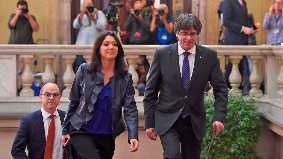 Carles Puigdemont entra al Parlamento acompañado por su esposa