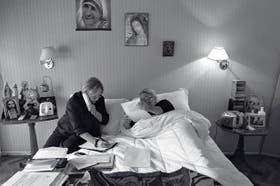 Lilita realiza parte de sus actividades cotidianas desde la cama. Aquí junto con su secretaria, Cristina de los Hoyos, pasa en limpio la lista de diputados de su agrupación política