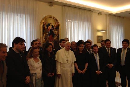 La foto grupal de Francisco, Cristina y el resto de la comitiva. Foto: LA NACION / Elisabetta Piqué