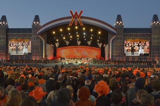 Luego del paseo en barco miles de personas fueron a ver el concierto de cierra de la fiesta en honor a los nuevos Reyes. Foto: EFE