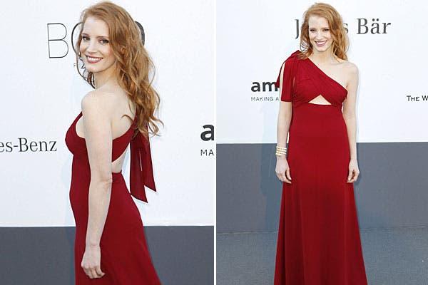 Jessica Chastain, con un traje rojo, con un hombro, con recortes en el frente y parte de la espalda. Foto: EFE