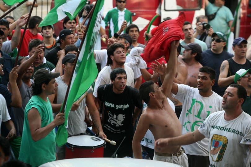 Camioneros reunido en la puerta de la CGT durante el acto de Moyano y Micheli. Foto: LA NACION / Mariana Araujo