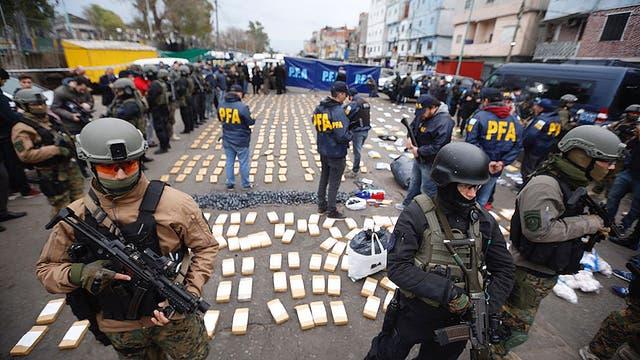 El jefe de una de las bandas de narcos desbaratada por la Policía Federal y la Gendarmeria durante los allanamientos en la villa 1-11-14 tenía en su poder seis panes de un poderoso explosivo listo para ser utilizado