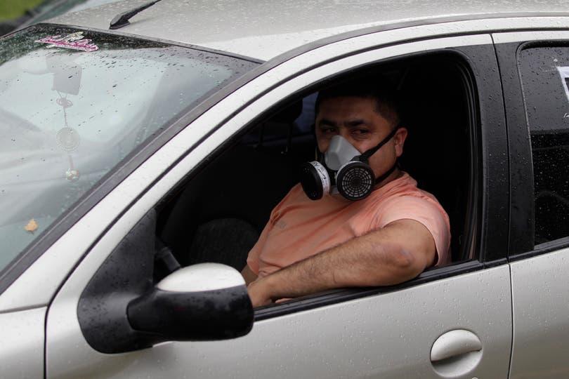 Un conductor se protege del mal olor. Foto: LA NACION / Aníbal Greco