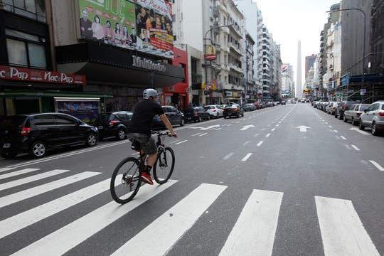 Un ciclista solitario en la avenida Corrientes. Foto: LA NACION / Maxie Amena