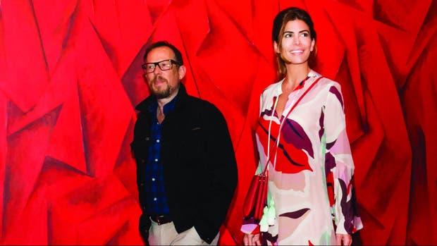 Juliana eligió una túnica estampada de Cher que complementó con cartera de Céline y sandalias de Gianvitto Rossi.