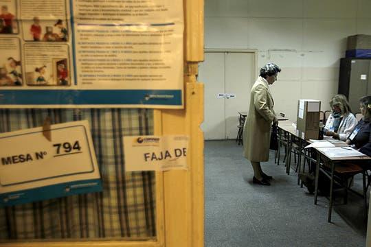 Una mujer emite su voto en un escuela de Buenos Aires. Foto: EFE