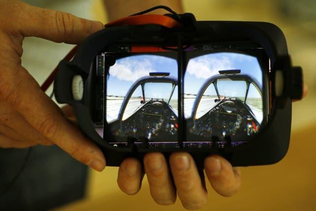 Los anteojos de realidad virtual funcionan proyectando imágenes en estéreo para simular un entorno tridimensional. En este caso, en un casco de la firma VRvana