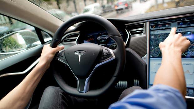 Una vista interna del Tesla Model S, el modelo involucrado en el accidente que tuvo uno de los autos con la función Autopilot