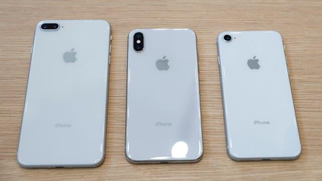 La parte trasera de iPhone X, entre un iPhone 8 Plus (izq.) y un iPhone 8 (der.)