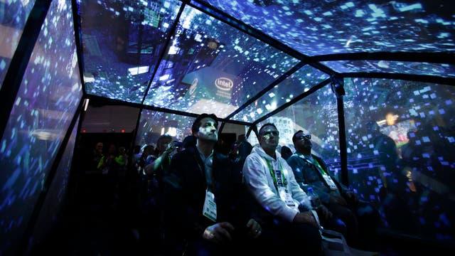 Los visitantes disfrutan de un paseo simulado en el stand de Intel