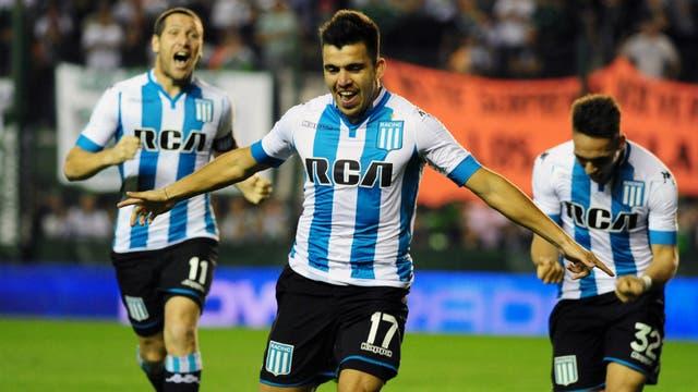 Marcos Acuña celebra su gol, el primero de Racing