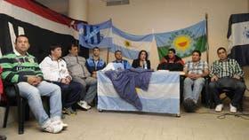 Mancha, el jefe de la barrabrava de San Telmo (con la remera del club), durante una reunión de Hinchadas Unidas Argentina