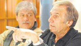 Reutemann habló ante la Comisión de Enlace del campo en Rosario; Buzzi siguió con atención su discurso