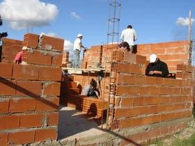 Una casa nueva se levanta gracias al apoyo de Cáritas en Tandil, provincia de Buenos Aires