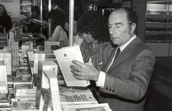 Félix Luna firmaba libros en la Feria del Libro de 1989. Foto: Archivo / Búsqueda documental de Gabriela Miño