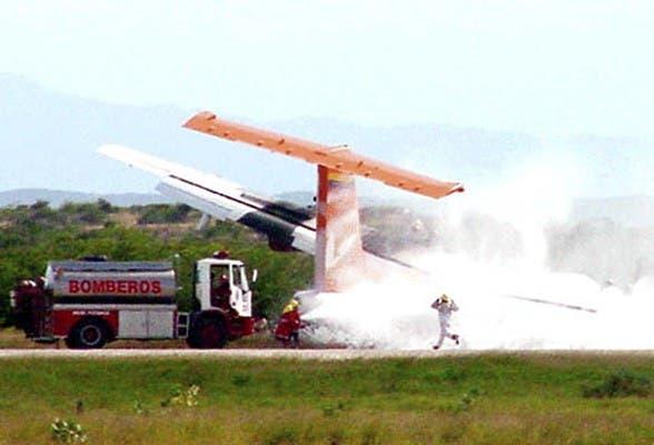 Equipos de rescate en el sitio donde un ATR-42 avión se estrelló en Puerto Ordaz, Venezuela