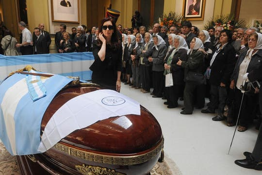 La madres de Plaza de Mayo pusieron un pañuelo sobre el féretro del ex presidente. Foto: Presidencia de La Nación