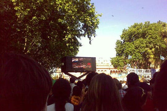 La gente que lo mira por TV. Foto: lanacion.com / @maiajastre