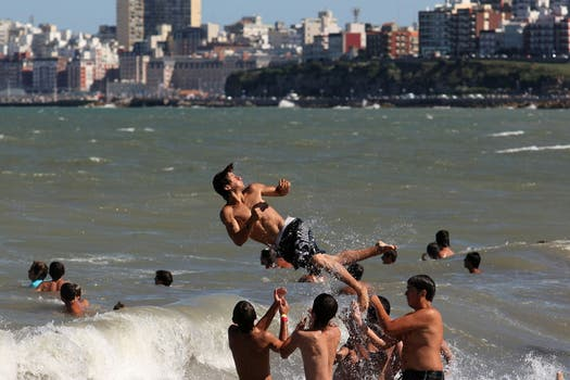 Varios jóvenes disfrutan de la playa marplatense. Foto: LA NACION / Mauro V. Rizzi