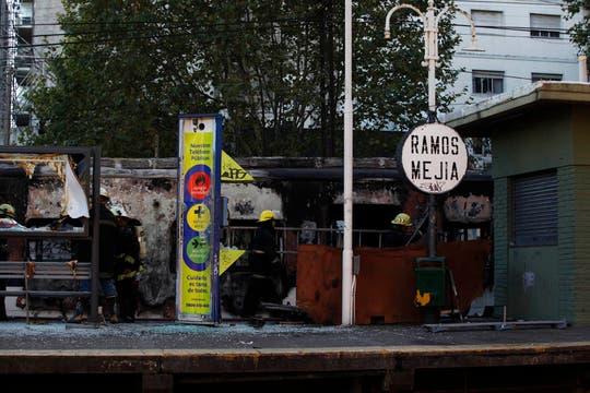 Vagones totalmente destruidos en la estación de Ramos Mejía. Foto: LA NACION / Fernando Massobrio