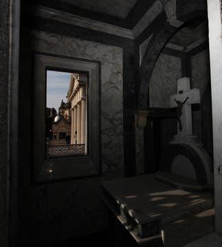 Por la ventana de una capillita se observan las bóvedas. Foto: lanacion.com / Guadalupe Aizaga