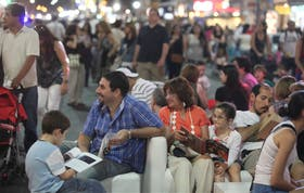 Muchas familias participaron anoche de las actividades que se ofrecieron en la avenida Corrientes